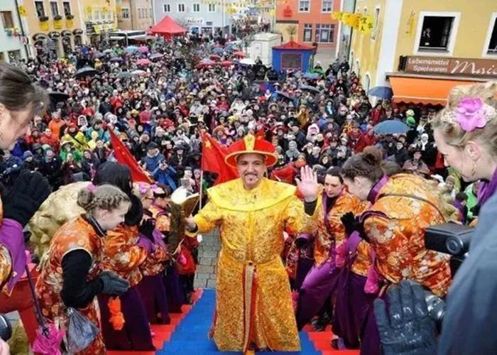 """""""皇帝""""在居民的簇拥下出巡。"""