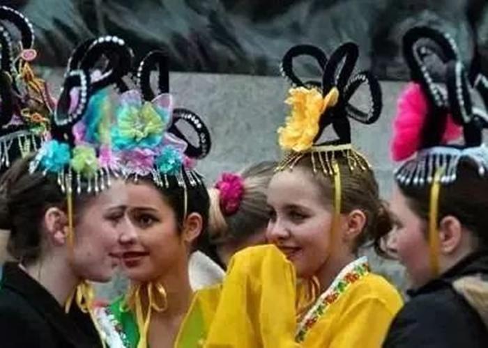 当地少女打扮成中国古代的贵族女子。