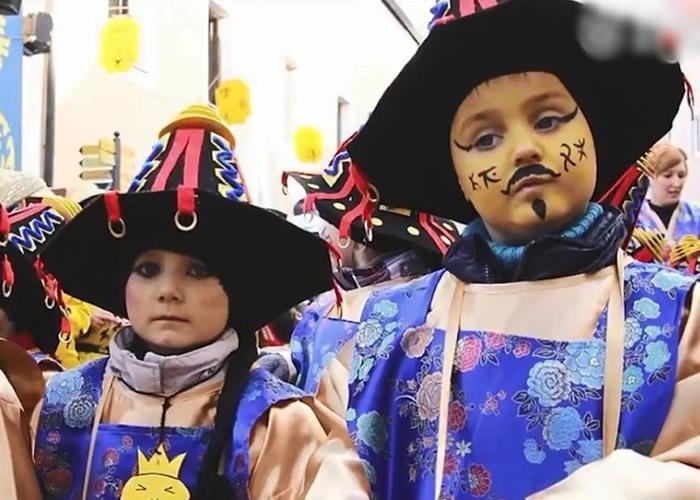 镇上儿童穿着中国古代的服饰。