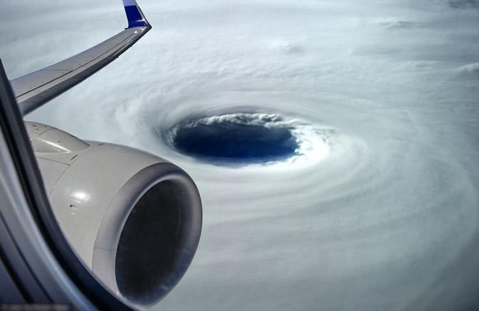 台湾工程师乘坐飞机经过越南上空拍摄到犹如黑洞的风眼