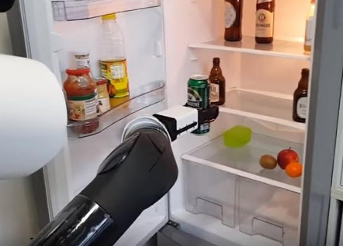 德国科学家研侍应机器人 帮忙到电冰箱里拿啤酒