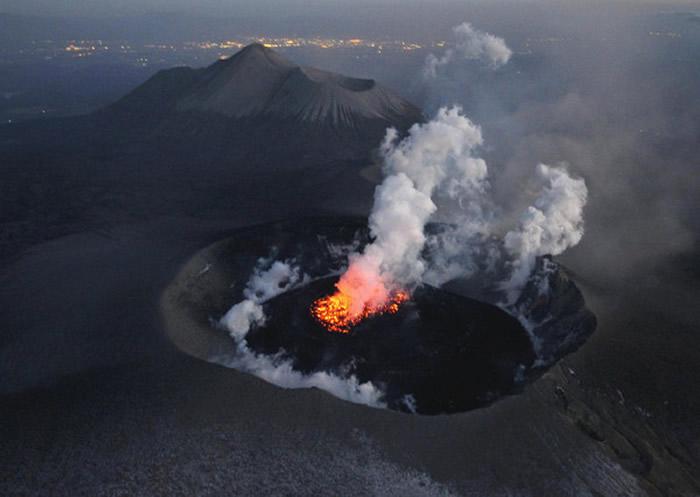 日本九州鹿儿岛新燃岳火山1日上午喷发