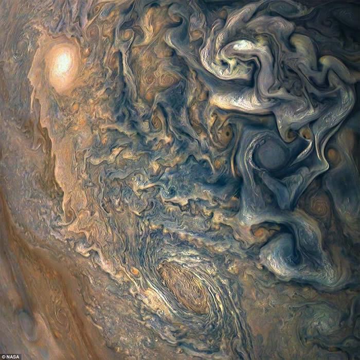 朱诺号传回的影像显示木星两极拥有巨大气旋风暴群