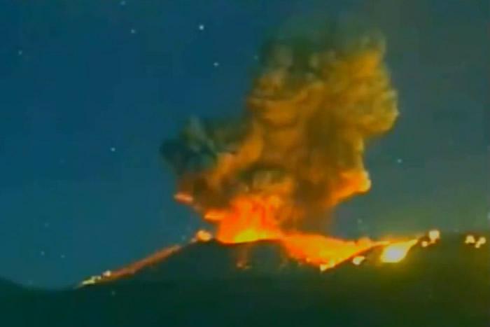 日本九州雾岛山新燃岳火山10日凌晨ag333.cim爱购彩再度喷发