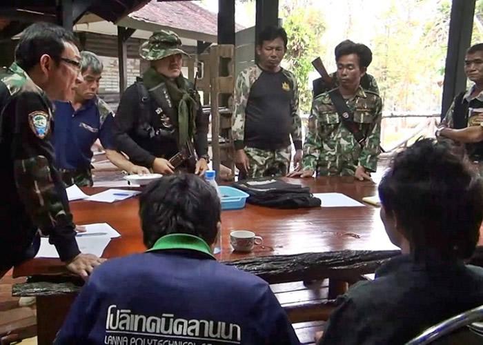 被捕的两名青年(中及右)接受问话。