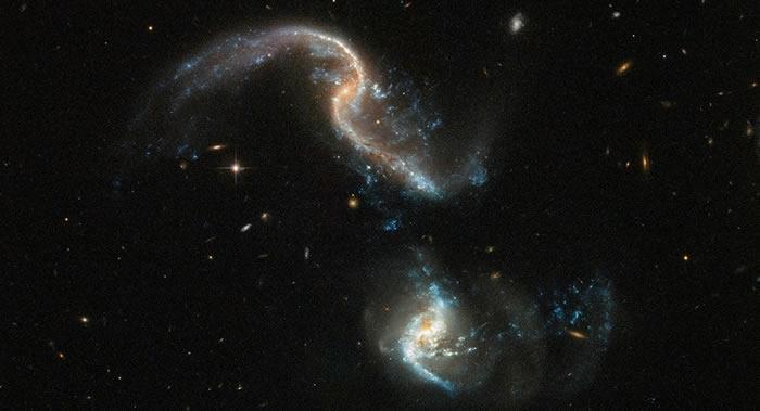 哈勃太空望远镜拍下鲸鱼座两个星系合并过程