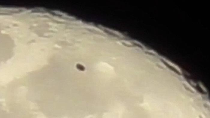 美国密歇根州底特律有人拍摄满月 赫然发现黑色碟状UFO快速飞过月球表面