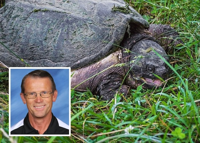 克罗斯兰(小图)被指在学生面前把狗只喂给一只淡水龟食用。