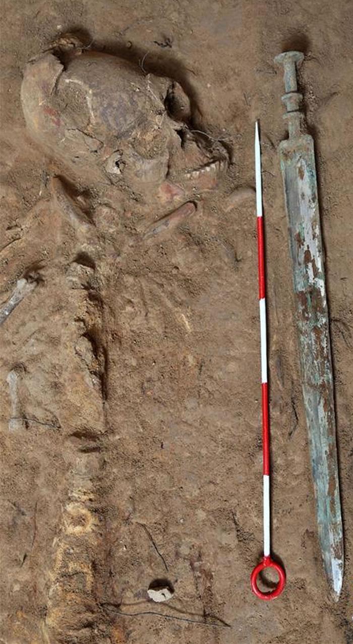 该墓葬还出土一柄保存完整的铜剑。