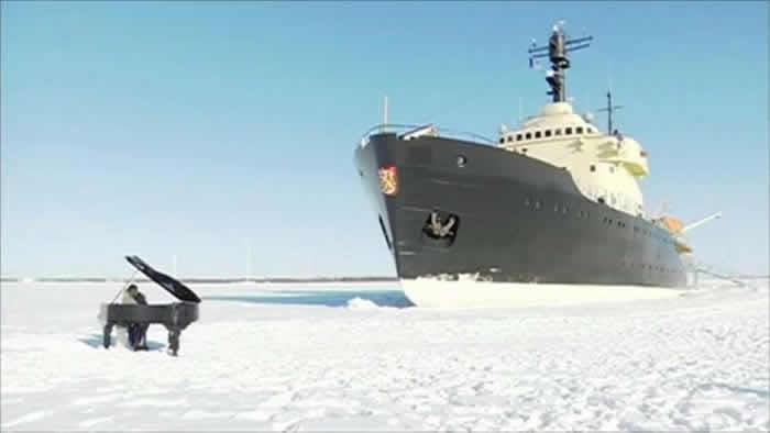 瑞士钢琴家阿诺尔德(Gabriel Arnold)在波罗的海冰面钢琴独奏 破冰船震撼入镜