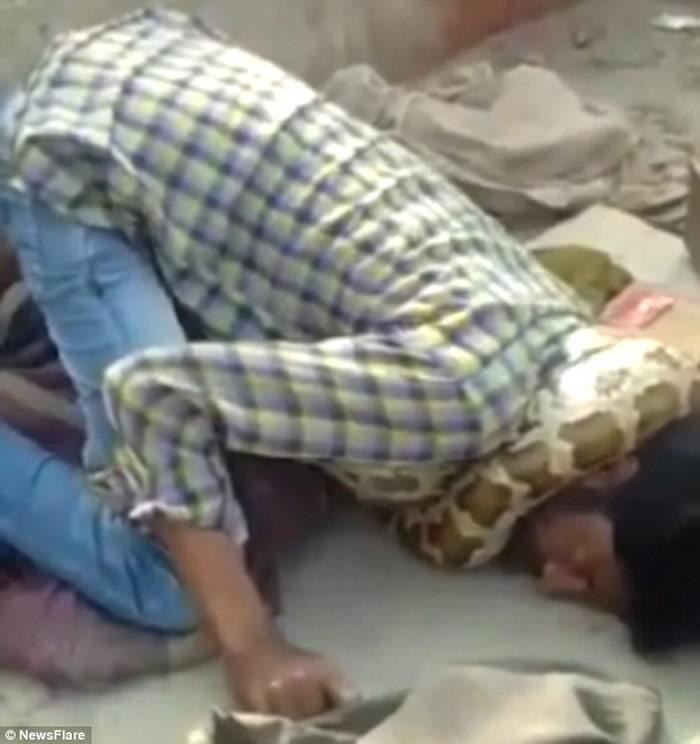 印度北方邦弄蛇人表演遭蟒蛇缠住脖子 观众以为做效果鼓掌