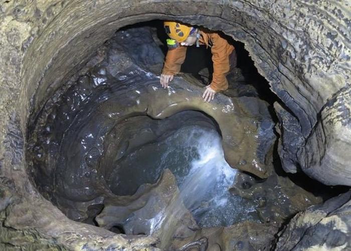 科考人员在洞内还发现了地下梯田、洞穴石瀑布等奇观。
