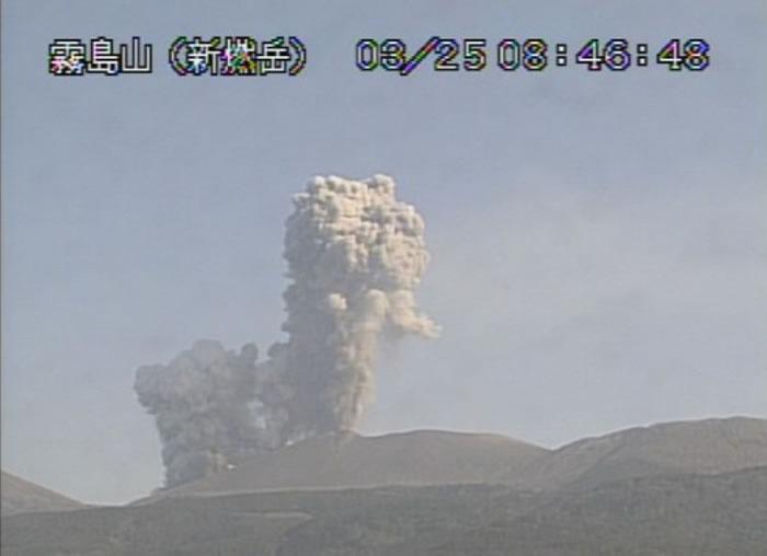 在日本画漫画日本鹿儿岛新燃岳火山再喷发 浓雾升至32