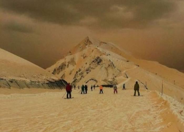 """有游人形容此情此景如同""""世界末日""""和""""登陆火星""""。"""