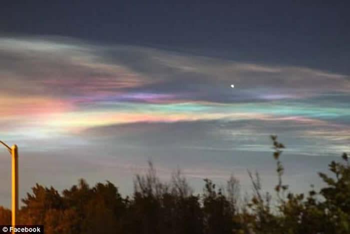 美国亚利桑那州西部天空惊现奇异天象 艳丽彩虹云久久不散