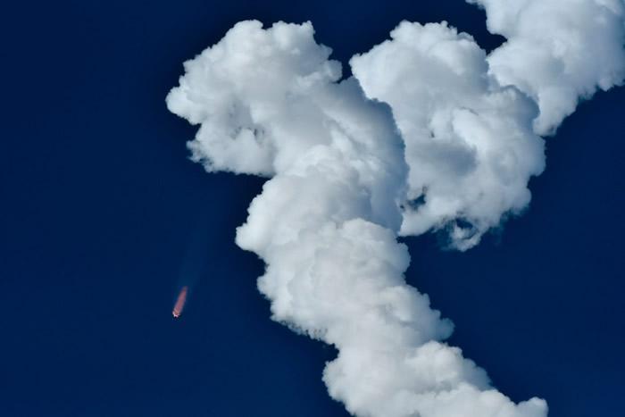 火箭运送一组通信卫星上轨道。