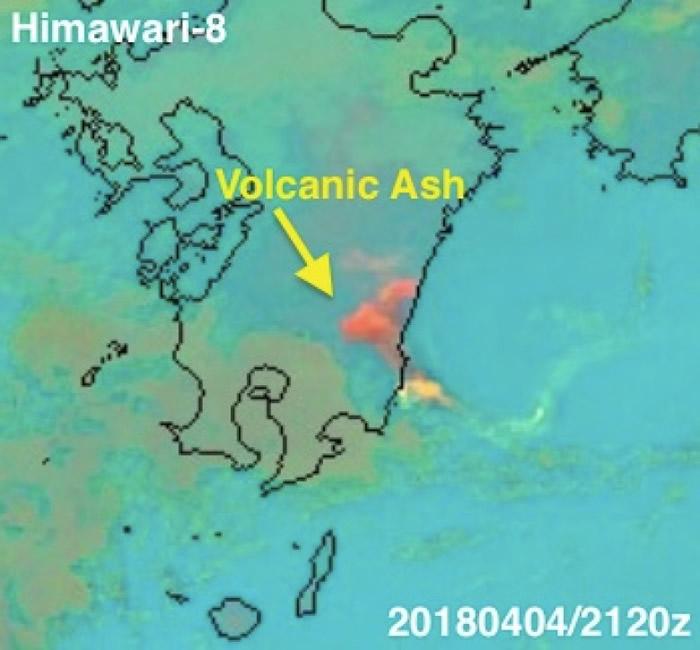 日本气象卫星在当地清晨拍得的新燃岳火山喷发情形。