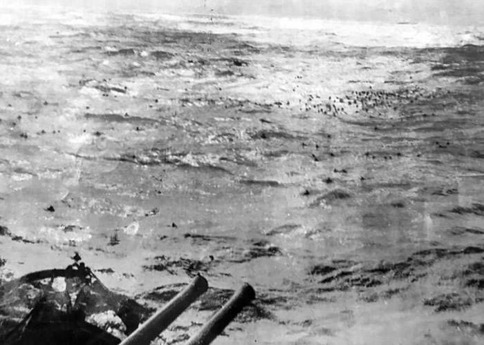 俾斯麦号沉没后,数百名船员在怒海中挣扎。