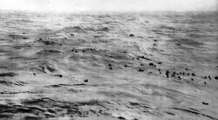 由于附近海域有纳粹德国海军的潜艇,大批俾斯麦号船员来不及救起。