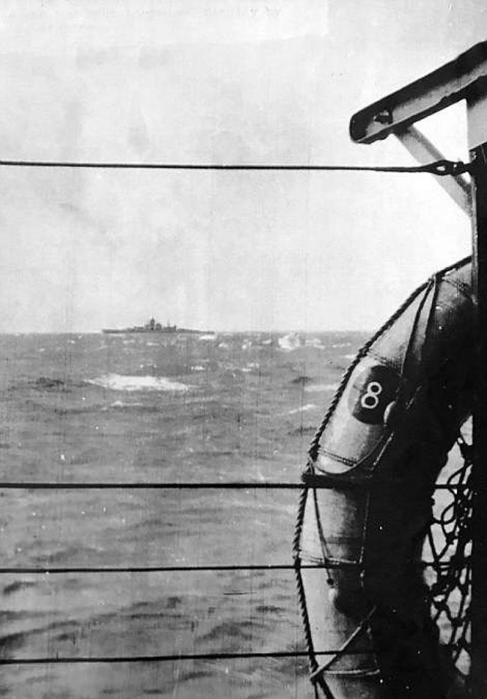 尚未沉没前的俾斯麦号,舰桥及舰身清晰可见。