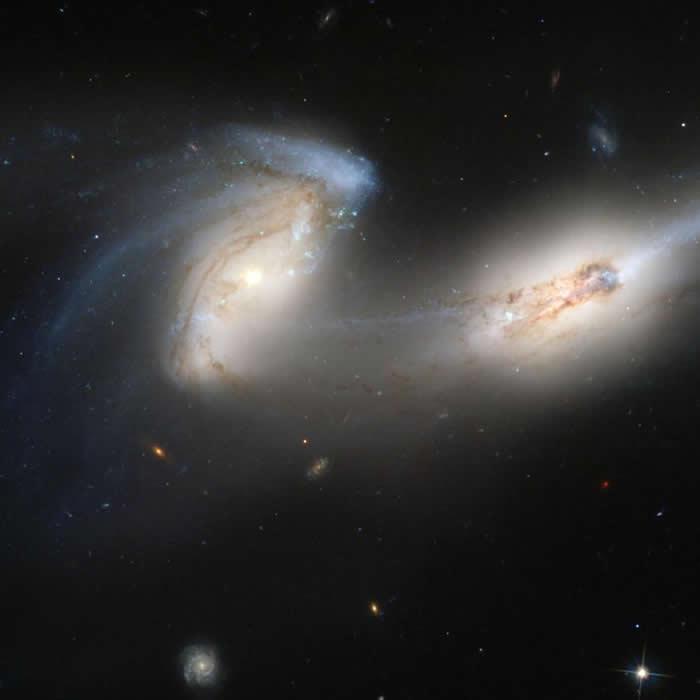 这两个螺旋星系因为有长长的尾巴,所以被昵称为双鼠星系。但其实他们正把彼此扯开。 PHOTOGRAPH BY NASA