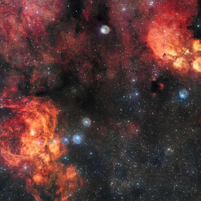 龙虾星云(左下)里有疏散星团Pismis 24,这星团里有一群极为明亮的蓝色恒星。 PHOTOGRAPH BY NASA