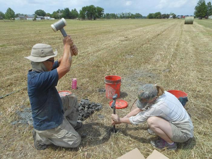 Zhixiong Shen(左)和Elizabeth Chamberlain(右)正在路易斯安那州沿拉富齐长沼收集光测年样本,那里是密西西比河的一个被遗弃的水道