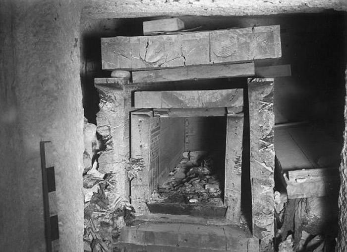 考古学家当年在埃及墓地找到该木乃伊头骨。