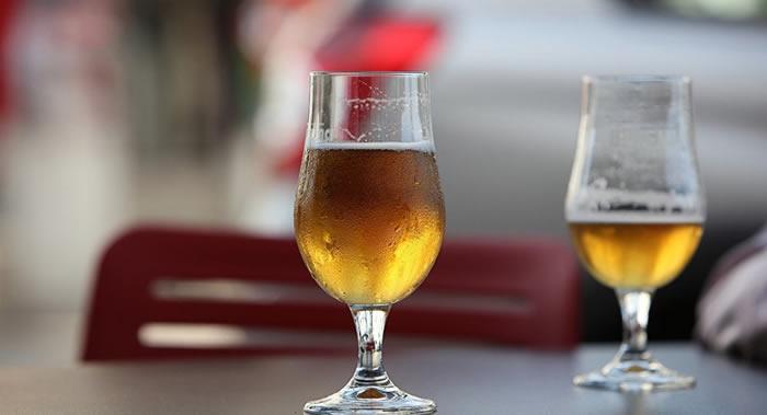 英国哈德斯菲尔德大学研究人员介绍最便于喝啤酒的酒杯