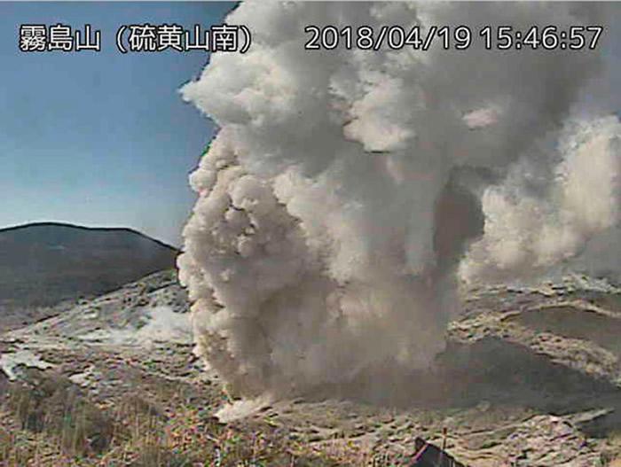 沉寂了250年的日本九州雾岛火山群硫黄山喷发