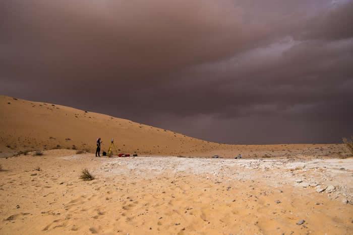 阿尔乌斯塔(Al Wusta)发现的白色沉积物表示这处遗迹曾经是一座淡水湖。 PHOTOGRAPH BY KLINT JANULIS