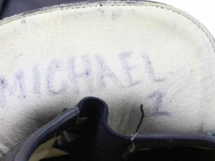 """流行音乐之王迈克尔·杰克逊首次展示""""太空步""""时穿的皮鞋将在美国拍卖"""