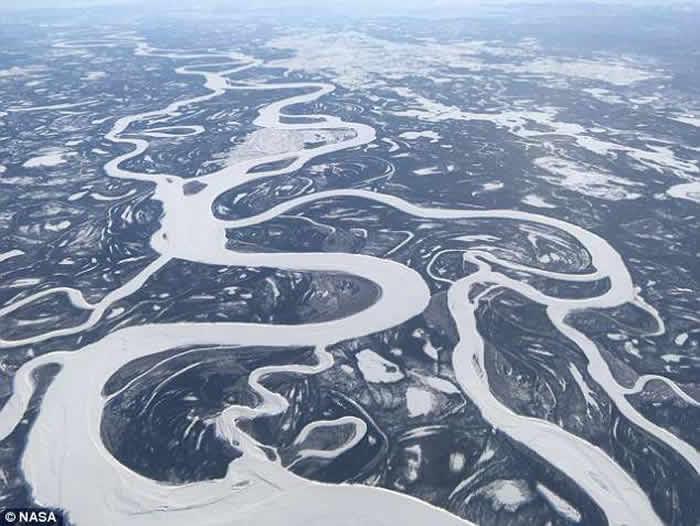 美国NASA从空中拍摄北极时发现冰层中的神秘孔洞