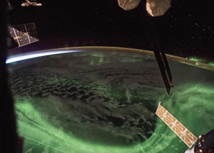 NASA宇航员上载照片分享国际空间站日出前极光美景