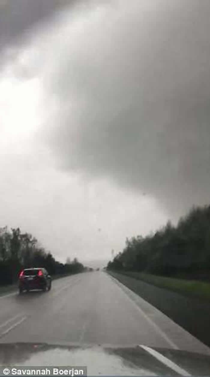 美国阿肯色州玩命夫妻与龙卷风擦身而过