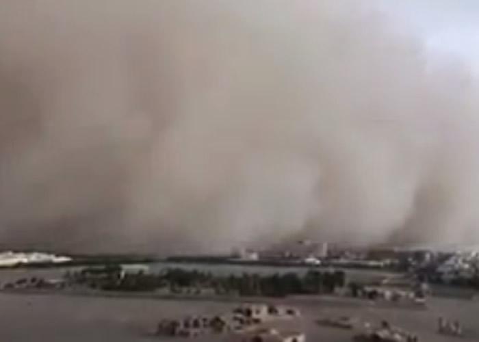 """伊朗中部古城亚兹德出现沙尘暴 如""""灰黑海浪""""淹至"""