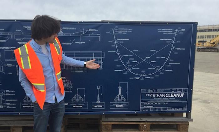 斯拉向记者展示该机器的介绍图。