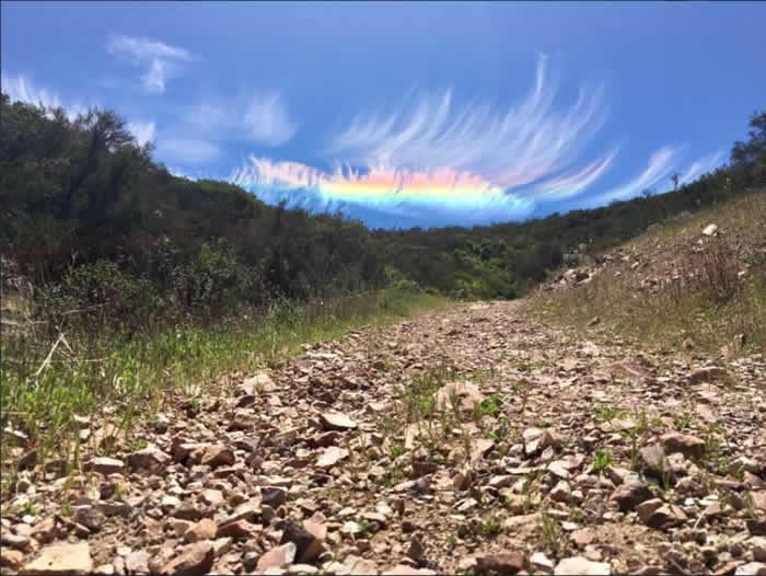 """美国加州萨利纳斯山谷东部顶尖国家公园超罕见""""火彩虹""""(Fire Rainbow)""""日承""""现象"""