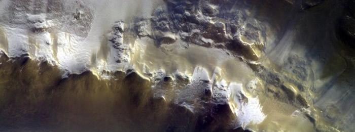 火星的陨石坑被厚厚冰雪覆盖。