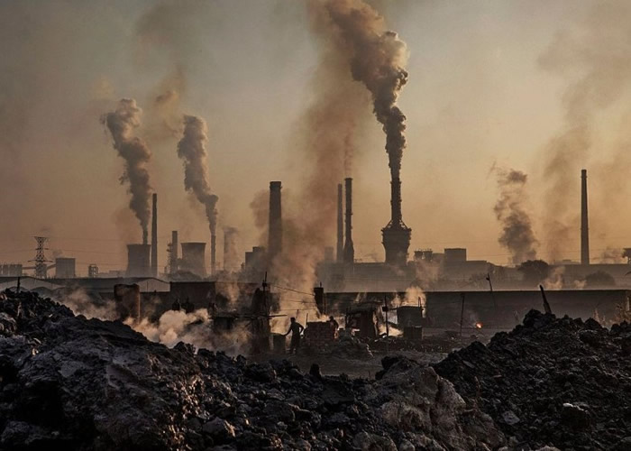 二氧化碳是人类活动中,排放出来单一最主要的温室气体。图为中国工厂。(资料图片)