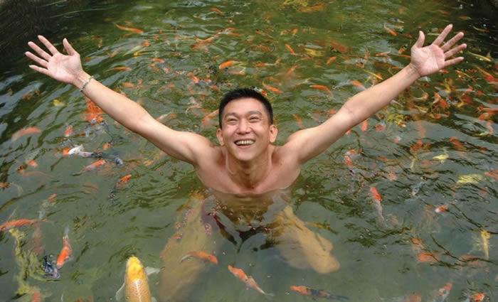 这张照片里的叶金利,惬意地在他的养殖池里优游,他是「光鲜亮丽的亚洲水族养殖界的中心人物」。作者艾蜜莉.佛格特说。 COURTESY OF QIAN HU COR