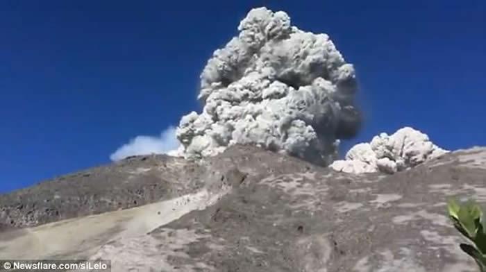 印尼爪哇岛大学生正在山下露营 默拉皮火山突然爆发