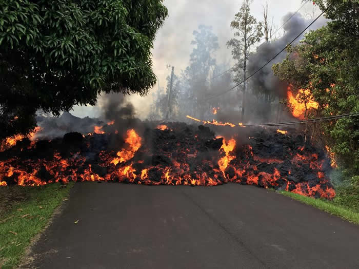基劳厄亚火山爆发之后,熔岩流过夏威夷大岛上的马卡梅伊街上。夏威夷州长已经宣布火山附近区域进入紧急状态。 PHOTOGRAPH BY U.S. GEOLOGICA