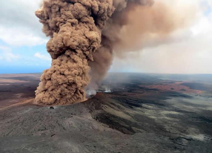 一柱厚实的红棕色火山灰云在地震后上升到空中。靠近夏威夷帕霍亚(Pahoa)乐兰尼区的基劳厄亚火山位在2018年5月3日爆发。 PHOTOGRAPH BY U.S