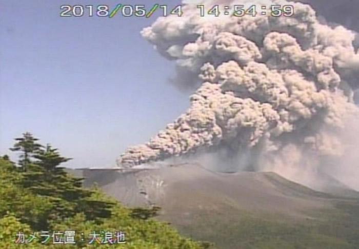 日本新燃岳火山再度喷发 浓烟高逾4500米