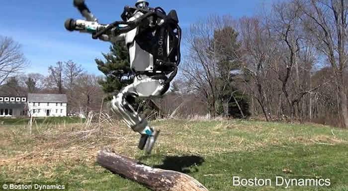 美制机器人Atlas慢跑跳跃极灵活 网民:人类末日将至