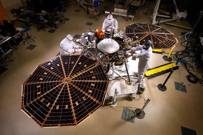 在丹佛(Denver)洛克希德.马丁公司太空系统部门(Lockheed Martin Space Systems)的无尘室内,工程师正在调整美国航太总署洞察号登