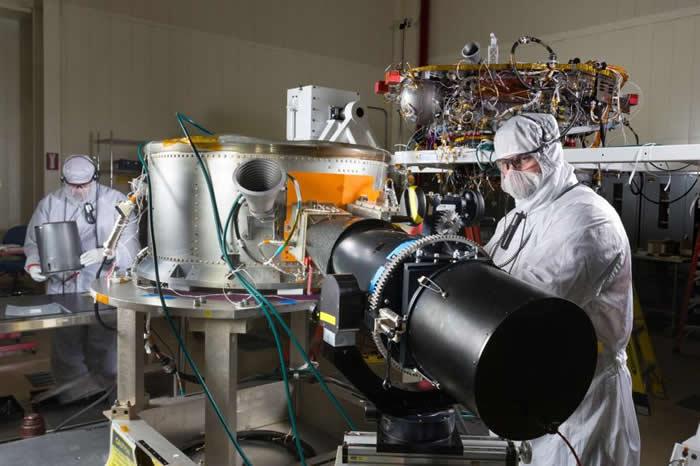 美国航太总署的工程师正在无尘室内,为洞察号太空船任务进行组装和测试工作。此照片拍摄于2015年。 PHOTOGRAPH BY LOCKHEED MARTIN,