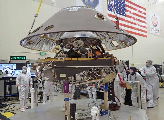 美国航太总署洞察号太空船的后壳,正往下降到登陆器上,发射时登陆器是折叠起来的。后壳和隔热罩共同组成太空船气体防护层,在太空船进入火星大气层时保护着陆器。 PHO