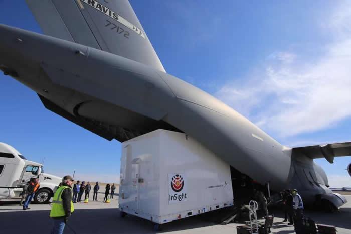 在科罗拉多州的巴克利空军基地(Buckley Air Force Base)内,工作人员正将美国航太总署的洞察号太空船装进货机内,准备运往加州的范登堡空军基地。